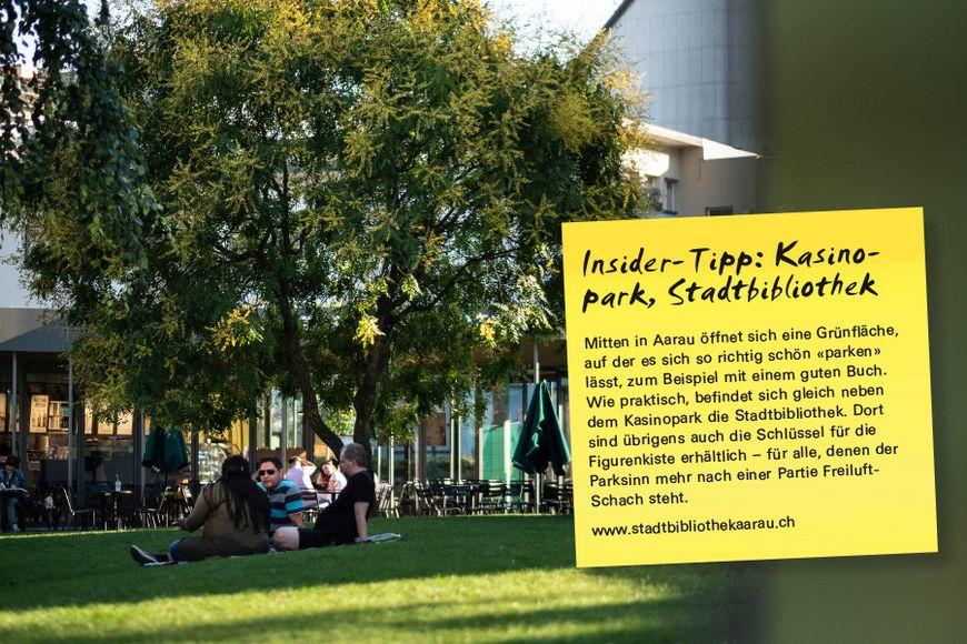 Mitten in Aarau öffnet sich eine Grünfläche, auf der es sich so richtig schön «parken» lässt, zum Beispiel mit einem guten Buch. Wie praktisch, befindet sich gleich neben dem Kasinopark die Stadtbibliothek. Dort sind übrigens auch die Schlüssel für die Figurenkiste erhältlich – für alle, denen der Parksinn mehr nach einer Partie Freiluft- Schach steht.