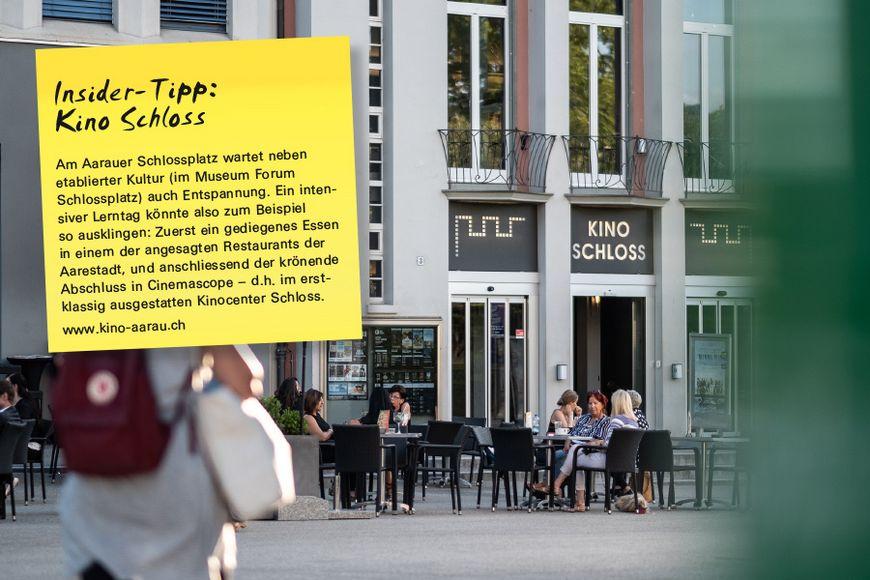 Am Aarauer Schlossplatz wartet neben etablierter Kultur (im Museum Forum Schlossplatz) auch Entspannung. Ein intensiver Lerntag könnte also zum Beispiel so ausklingen: Zuerst ein gediegenes Essen in einem der angesagten Restaurants der Aarestadt, und anschliessend der krönende Abschluss in Cinemascope – d.h. im erstklassig ausgestatten Kinocenter Schloss.