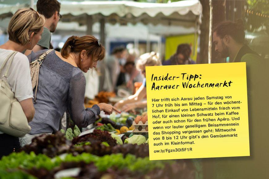 Hier trifft sich Aarau jeden Samstag von 7 Uhr früh bis am Mittag – für den wöchentlichen Einkauf von Lebensmitteln frisch vom Hof, für einen kleinen Schwatz beim Kaffee oder auch schon für den frühen Apéro. Und wenn vor lauter geselligem Beisammensein das Shopping vergessen geht: Mittwochs von 8 bis 12 Uhr gibt's den Gemüsemarkt auch im Kleinformat.